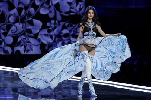 Blanca Padilla con el primer cambio en el desfile Victoria's Secret Fashion Show 2017 en Shanghai