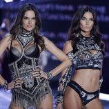 Alessandra Ambrosio y Lily Aldridge en el desfile Victoria's Secret Fashion Show 2017 en Shanghai