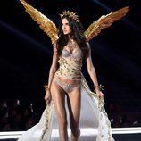 Blanca Padilla con las alas doradas en el desfile Victoria's Secret Fashion Show 2017 en Shanghai