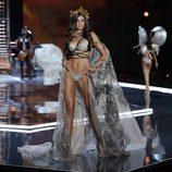 Taylor Hill espectacular con corona dorada en el desfile Victoria's Secret Fashion Show 2017 en Shanghai