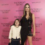 Alessandra Ambrosio con su hija Anja Mazur en el photochall del desfile Victoria's Secret 2017