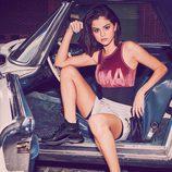 Selena Gomez posando dentro de un coche para la nueva campaña de Puma