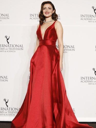 Italia Ricci con vestido rojo de raso en los International Emmy Awards