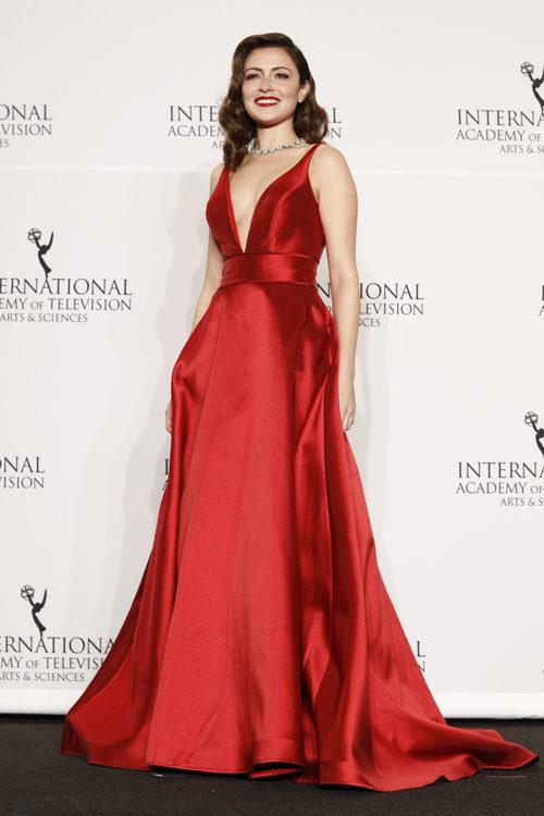 Italia Ricci con vestido rojo de raso en los International Emmy Awards