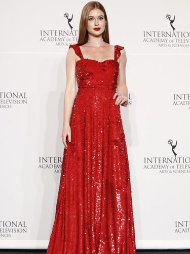 Marina Ruy Barbosa con un estiloso vestido rojo de lentejuelas en los International Emmy Awards
