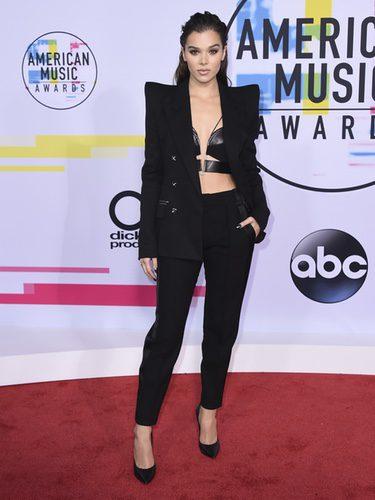Hailee Steinfeld con un dos piezas futurista en los American Music Awards 2017