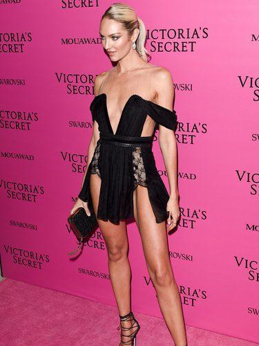 Candice Swanepoel con minivestido negro en el afterparty del Victoria's Secret Fashion Show