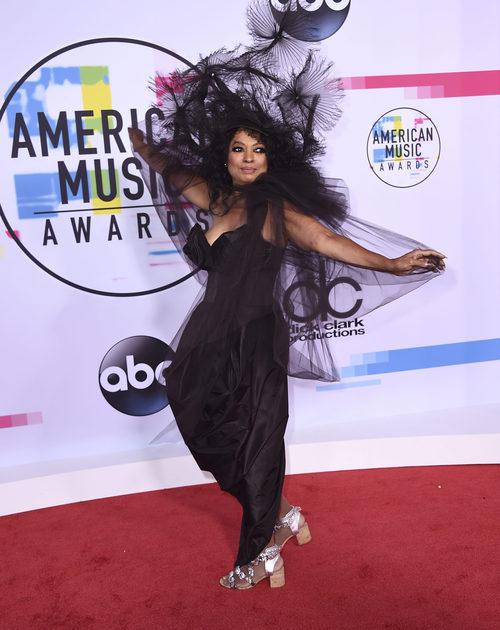 Diana Ross con vestido y pamela negros en los American Music Awards 2017