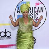 Patrick Starr con un mono verde de flecos en los American Music Awards 2017