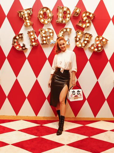 Barbara Palvin posando con bolso de la colección Tod's Circus en la presentación de la colección cápsula en Tokio
