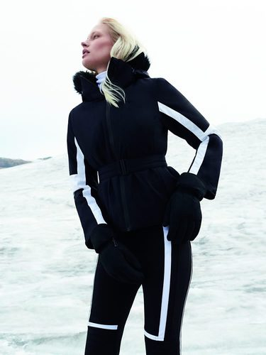 Modelo posando con chaqueta y pantalón de la colección 'Ski FW17' de Oysho