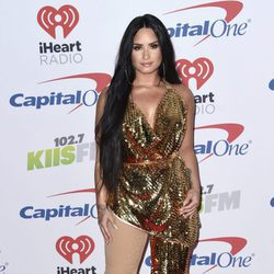 Demi Lovato con un mono asimétrico en Jingle Ball en California