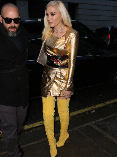 Gwen Stefani paseando por las calles de Londres con un vestido dorado