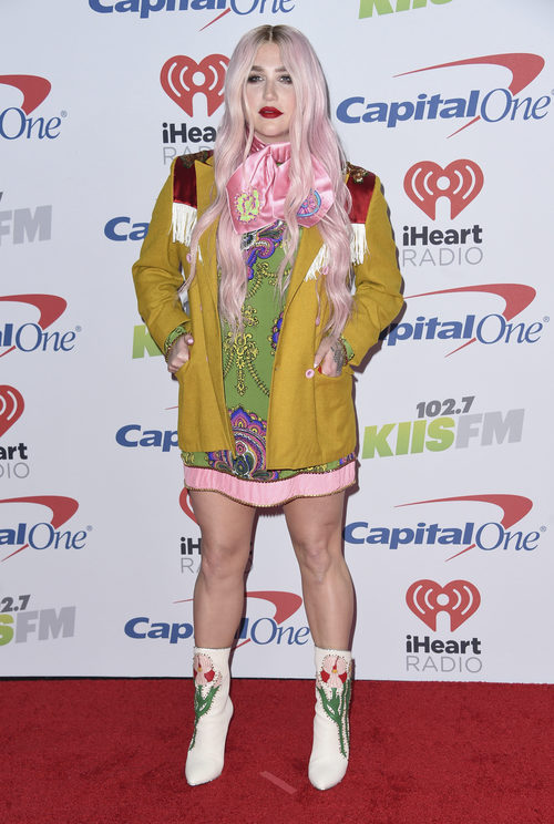 Kesha con una combinación de tejidos y estampados en el Jingle Ball de California