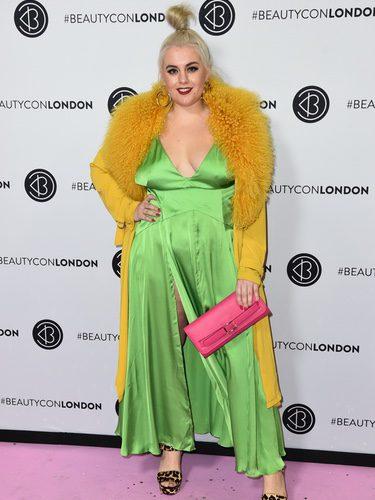 Felicity Hayward con un vestido de satén en el evento de la alfombra rosa Beautycon en Londres
