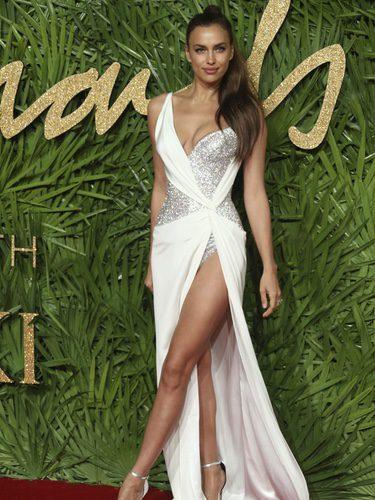 Irina Shayk luciendo piernas en los premios British Fashion 2017 en Londres