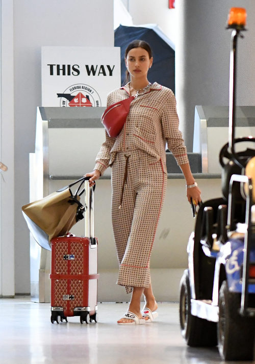 Irina Shayk con un estilo pijamero por la terminal del aeropuerto de Miami