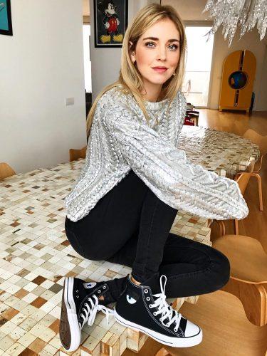 Chiara Ferragni luciendo su propia colección de zapatillas Converse