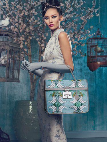 Modelo posando con bolso estampado de la campaña 'The Furla Society' para la temporada Primavera-Verano 2018