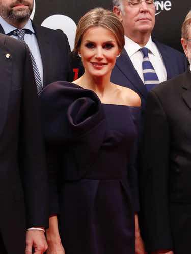 La Reina Letizia con un vestido de Delpozo en la cena del 50 aniversario de As