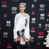 Hailey Baldwin con botas XXL en la gala Jingle Ball