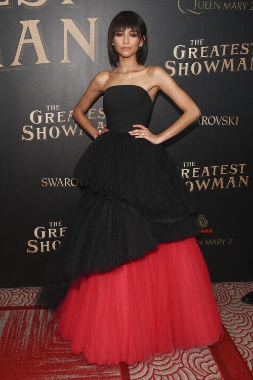 Zendaya con un vestido romático negro en el estreno mundial de 'The Greatest Showman'