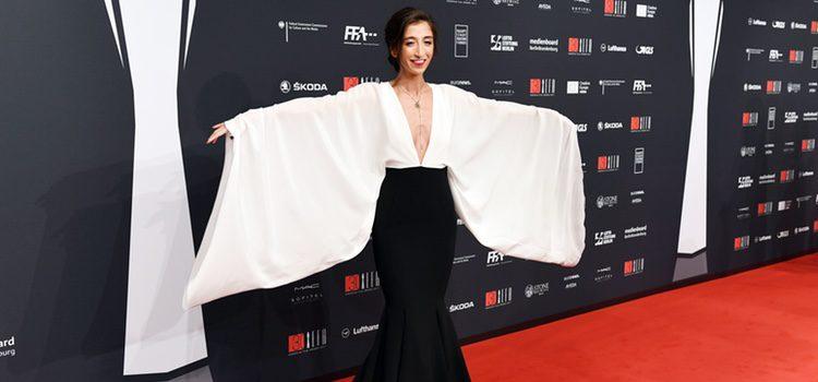 Nadja Ali con conjunto bicolor en los Premios de la Academia del Cine Europeo 2017 celebrados en Berlín