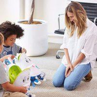 Sarah Jessica Parker posando con dos niños con las mochilas 'Ebbit' de su colección para Gap Kids