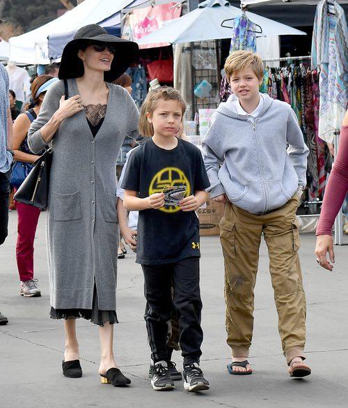 Angelina Jolie de compras por el mercadillo de Rosebowl con un muy cutre