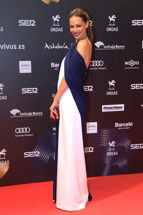 Eva González con vestido bicolor en los Premios Ondas 2017 celebrados en Sevilla