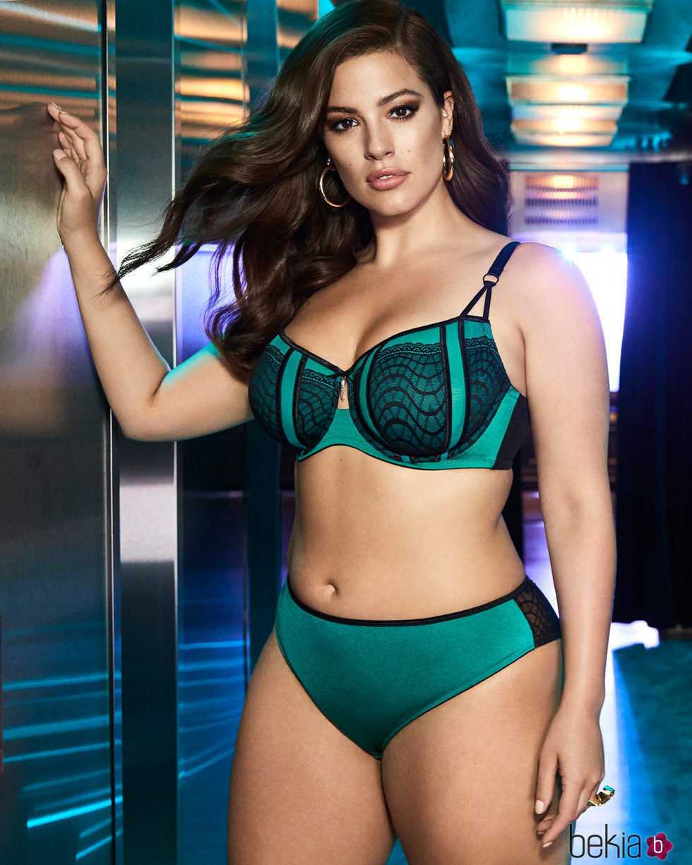 Ashley Graham con un sujetador verde de su colección para Addition Elle