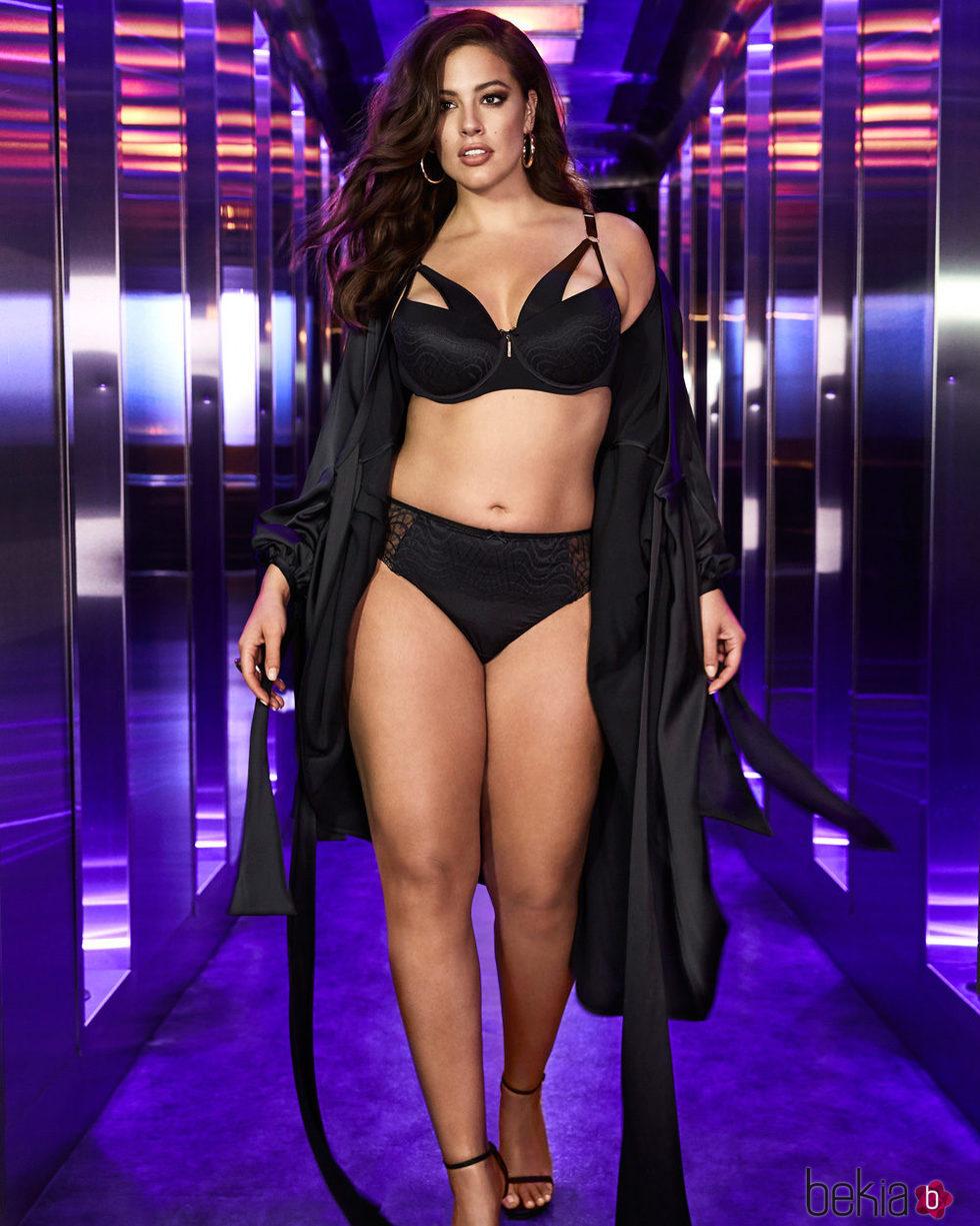 Ashley Graham con un total black de su colección para Addition Elle