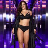 Ashley Graham con un total black de su colección para Addition Elle