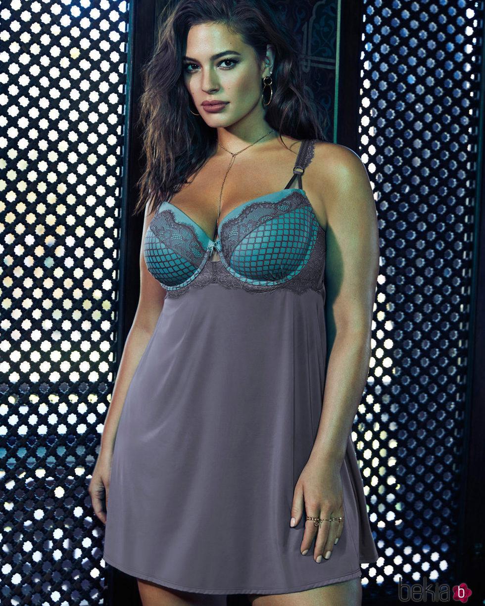Ashley Graham con un camisón de su colección para Addition Elle
