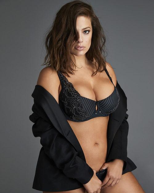 Ashley Graham con un sujetador negro de su colección para Addition Elle