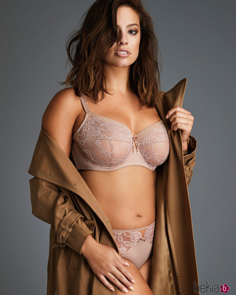 Ashley Graham con un conjunto de lencería rosa de su colección para Addition Elle