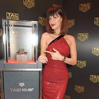 Bella Hadid mostrando un reloj de Tag Heuer en Londres