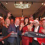 Bella Hadid junto con Rob Diver inaugurando la flagship boutique de Tag Heuer en Londres