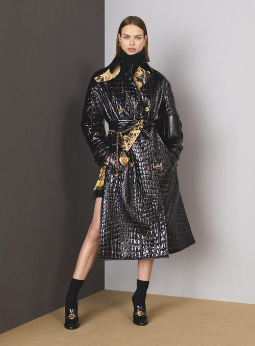 Abrigo negro de piel de la colección Pre-Fall 2018 de Versace