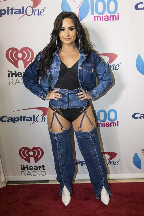 Demi Lovato con un look denim espantoso en el photocall de la Jingle Ball
