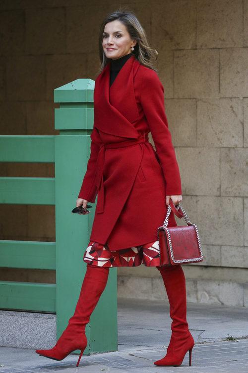 La Reina Letizia luce un  espectacular total look en su color favorito: el rojo
