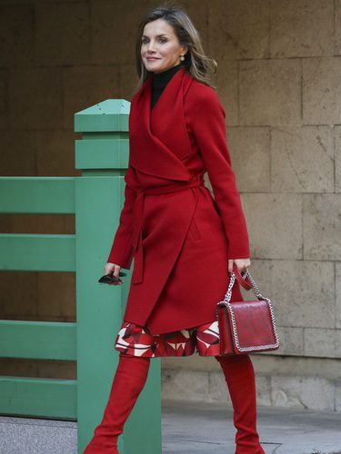 La Reina Letizia luce un  espectacular total look en su color favorito: el rojo