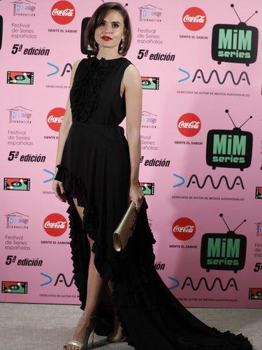 Verónica Echegui con vestido negro asimétrico en los Premios MIM 2017
