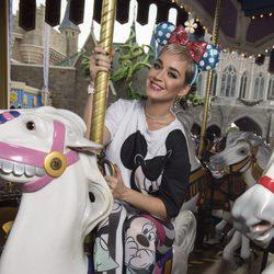 Katy Perry con un look completo de Mickey Mouse en un parque de atracciones de Disney