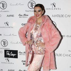 María Jesús Ruiz con un look sobrecargado de rosa en el desfile de 'Tony Fernández' en Madrid