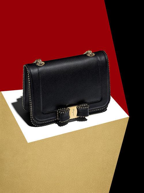 Bolso negro y dorado de la colección Navidad 2017 de Salvatore Ferragamo