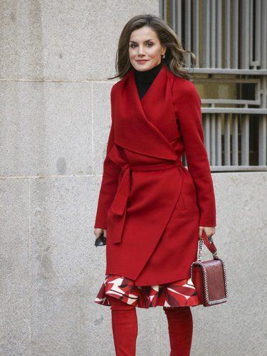 La Reina Letizia con un total look rojo llegando a la reunión con AECC en Madrid