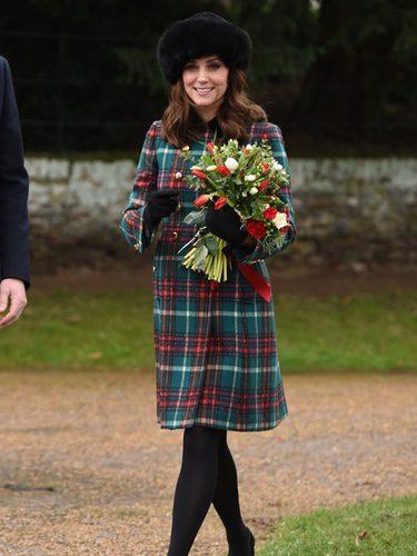 Kate Middleton con un abrigo de cuadros escoceses en la Misa de Navidad 2017 en Sandrigham