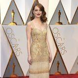 Emma Stone con vestido de Riccardo Tisci en la alfombra roja de los Oscar