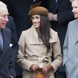 Meghan Markle con abrigo camel en la capilla de Sandringham con la Familia Real Británica
